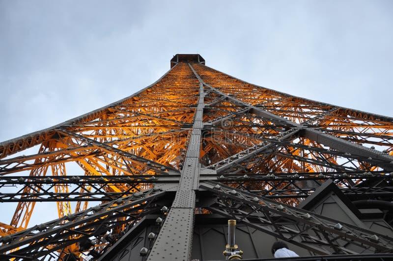 Κλείστε επάνω τον πύργο του Άιφελ τή νύχτα από το Παρίσι στη Γαλλία στοκ φωτογραφία