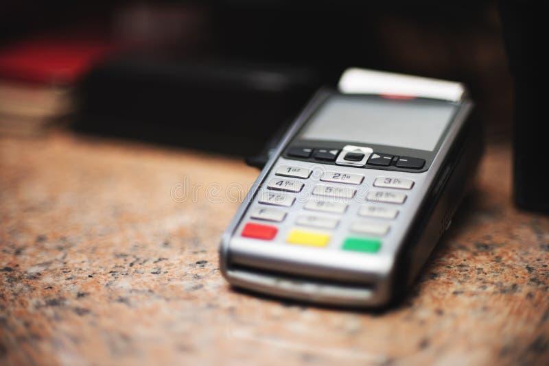 Κλείστε επάνω του αναγνώστη πιστωτικών καρτών και του καταλόγου μετρητών στο υπόβαθρο των λιανικών ραφιών στοκ εικόνες