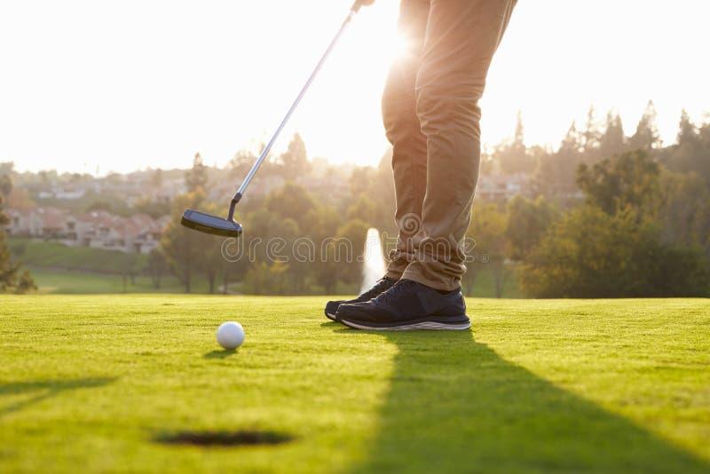 Κλείστε επάνω του αρσενικού παίκτη γκολφ που βάζει σε πράσινο στοκ φωτογραφία με δικαίωμα ελεύθερης χρήσης