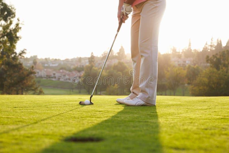 Κλείστε επάνω του αρσενικού παίκτη γκολφ που παρατάσσει Putt σε πράσινο στοκ φωτογραφίες με δικαίωμα ελεύθερης χρήσης