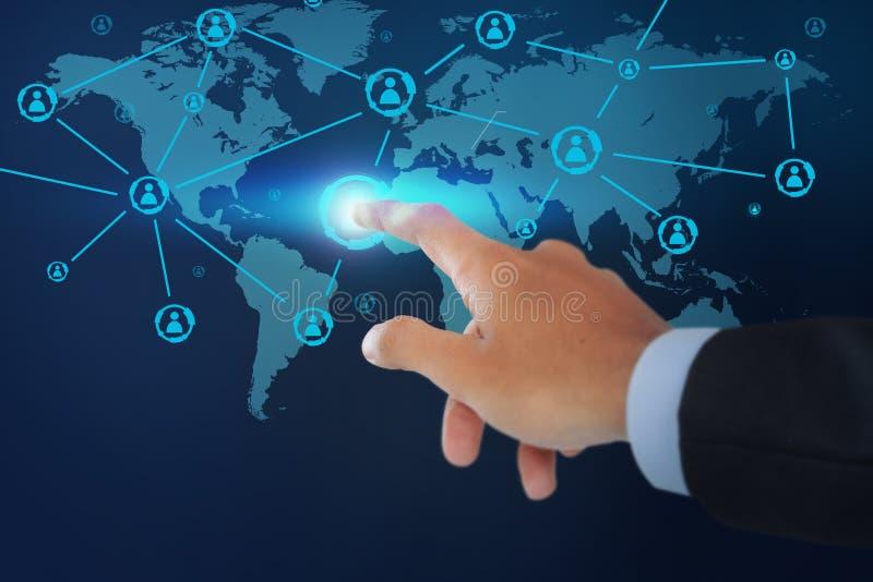 Κλείστε επάνω του αρσενικού χεριών που δείχνει την κοινωνική δομή δικτύων στοκ φωτογραφία με δικαίωμα ελεύθερης χρήσης
