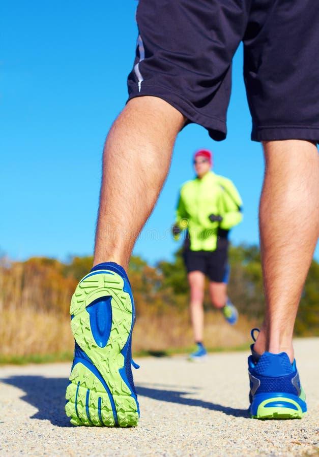 Κλείστε επάνω του ατόμου που περπατά στη φύση με το jogger στο υπόβαθρο στοκ φωτογραφία με δικαίωμα ελεύθερης χρήσης