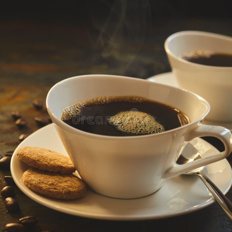 Κλείστε επάνω του βρασίματος στον ατμό του καφέ που εξυπηρετείται στην πορσελάνη στοκ εικόνες