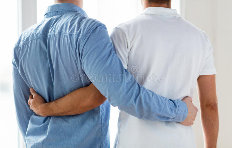 Κλείστε επάνω του ευτυχούς αρσενικού ομοφυλοφιλικού αγκαλιάσματος ζευγών στοκ φωτογραφία με δικαίωμα ελεύθερης χρήσης