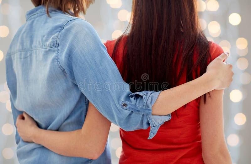 Κλείστε επάνω του ευτυχούς λεσβιακού ζεύγους που αγκαλιάζει στο σπίτι στοκ φωτογραφίες με δικαίωμα ελεύθερης χρήσης
