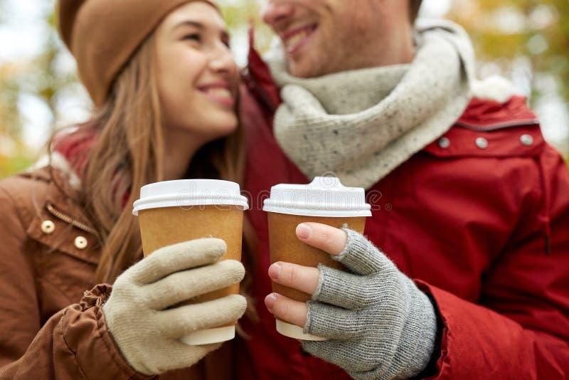 Κλείστε επάνω του ευτυχούς ζεύγους με τον καφέ το φθινόπωρο στοκ φωτογραφίες