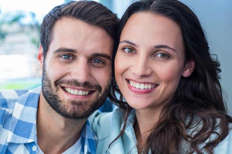 Κλείστε επάνω του ευτυχούς ζεύγους που παίρνει selfie στοκ φωτογραφία
