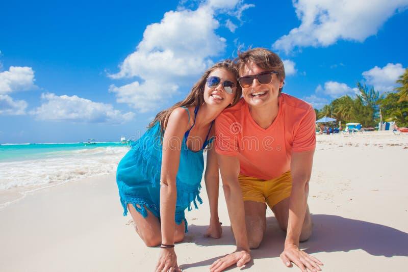 Κλείστε επάνω του ευτυχούς νέου καυκάσιου ζεύγους στα γυαλιά ηλίου που χαμογελά στην παραλία στοκ φωτογραφίες