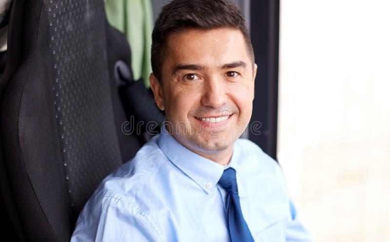 Κλείστε επάνω του ευτυχούς οδηγού λεωφορείου ή του επιχειρηματία στοκ εικόνα με δικαίωμα ελεύθερης χρήσης