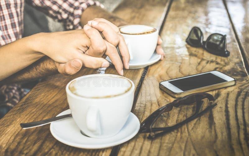 Κλείστε επάνω του ζεύγους αγάπης που πίνει το φρέσκο cappuccino στο φραγμό καφέ στοκ εικόνες με δικαίωμα ελεύθερης χρήσης