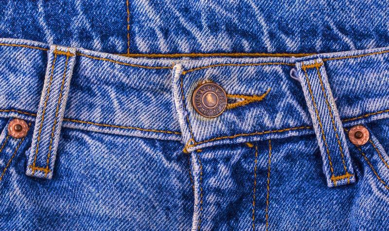 Κλείστε επάνω του κουμπιού του LEVI ` S στο τζιν παντελόνι στοκ φωτογραφία