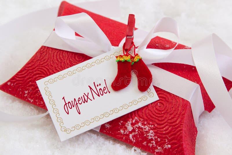 Κλείστε επάνω του κόκκινου παρόντος κιβωτίου με το γαλλικό κείμενο για τα Χριστούγεννα στοκ φωτογραφίες με δικαίωμα ελεύθερης χρήσης