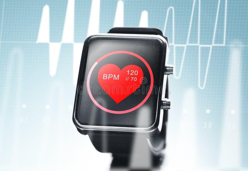 Κλείστε επάνω του μαύρου έξυπνου ρολογιού με την καρδιά κτυπά το εικονίδιο ελεύθερη απεικόνιση δικαιώματος