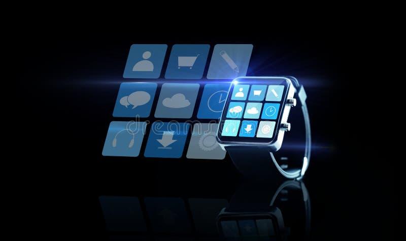 Κλείστε επάνω του μαύρου smartwatch με app τα εικονίδια ελεύθερη απεικόνιση δικαιώματος