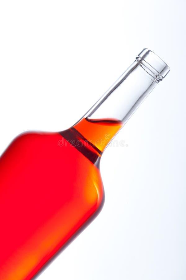 Κλείστε επάνω του μπουκαλιού με το κόκκινο ρευστό στοκ φωτογραφίες
