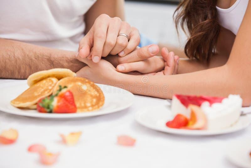 Κλείστε επάνω του νέου ζεύγους που έχει ένα ρομαντικό πρόγευμα στοκ εικόνα