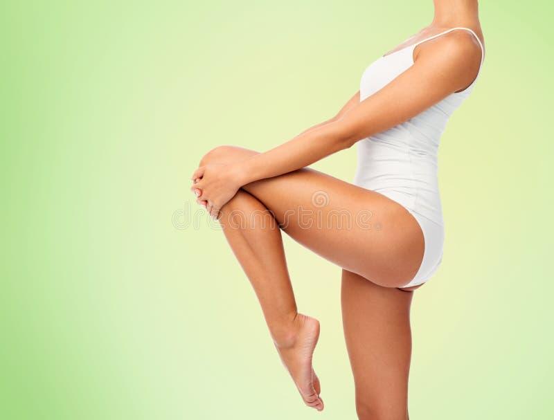 Κλείστε επάνω του νέου σώματος γυναικών στο άσπρο εσώρουχο στοκ φωτογραφίες με δικαίωμα ελεύθερης χρήσης