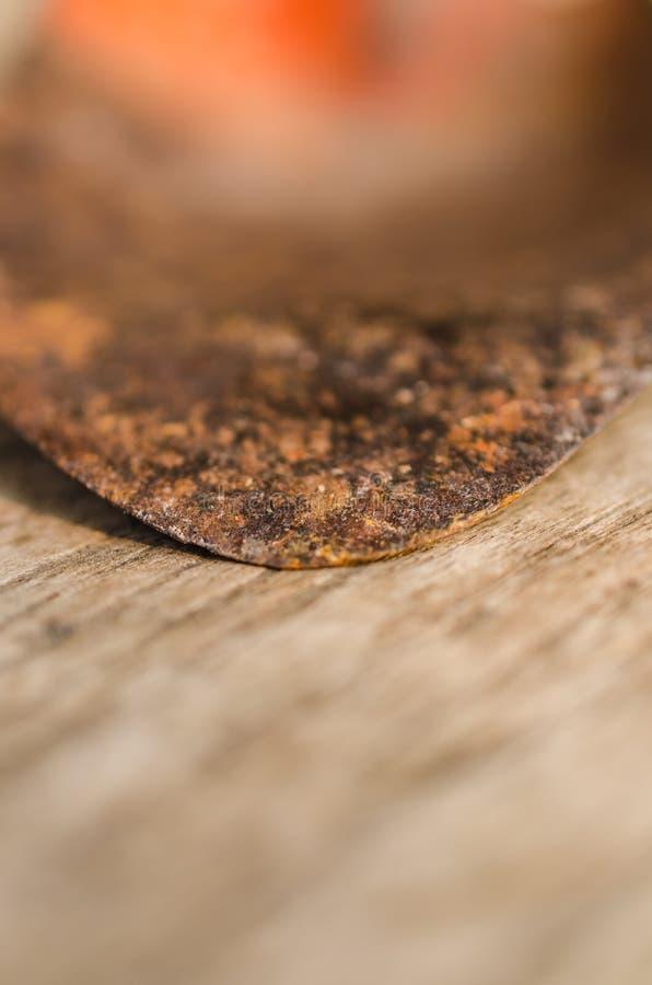 Κλείστε επάνω του παλαιού κήπου trowel στον ξύλινο πίνακα στοκ φωτογραφίες