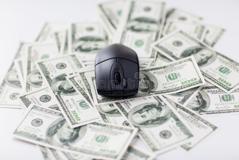 Κλείστε επάνω του ποντικιού υπολογιστών και των χρημάτων μετρητών δολαρίων στοκ φωτογραφία