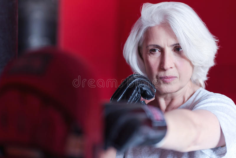 Κλείστε επάνω του σοβαρού ηλικιωμένου εγκιβωτισμού γυναικών στοκ εικόνες