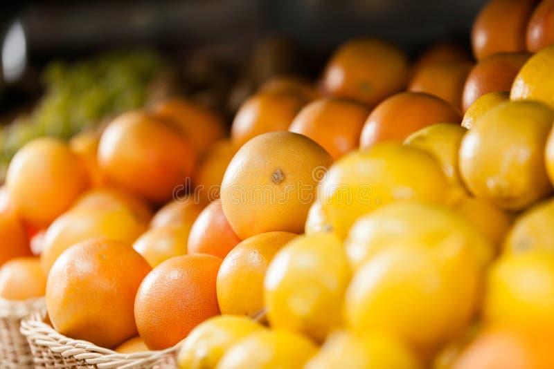 Κλείστε επάνω του σωρού των πορτοκαλιών και των λεμονιών στοκ εικόνα