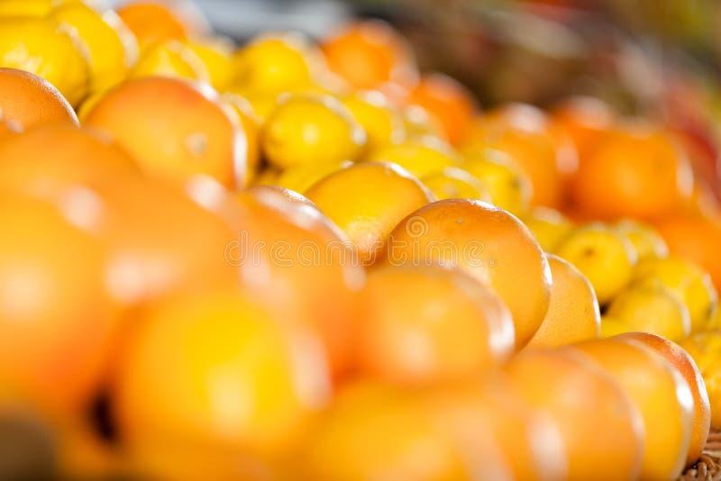 Κλείστε επάνω του σωρού των πορτοκαλιών στοκ εικόνες