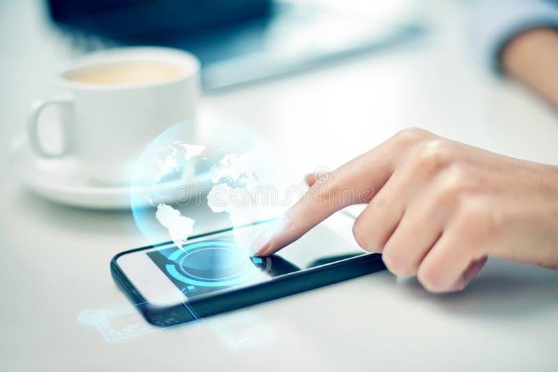 Κλείστε επάνω του χεριού γυναικών με το smartphone και τη σφαίρα στοκ εικόνες με δικαίωμα ελεύθερης χρήσης