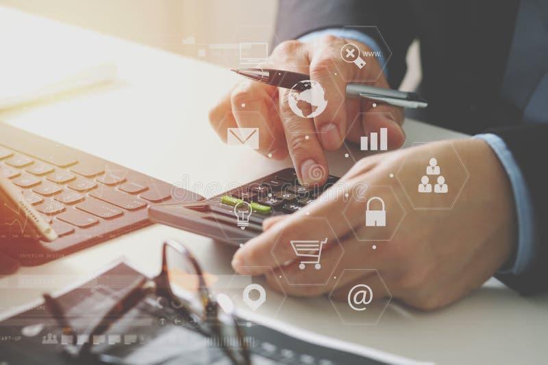 κλείστε επάνω του χεριού επιχειρηματιών να εργαστεί με τους πόρους χρηματοδότησης για το κόστος απεικόνιση αποθεμάτων
