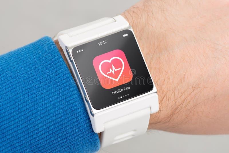 Κλείστε επάνω το άσπρο έξυπνο ρολόι με app υγείας το εικονίδιο στοκ φωτογραφία