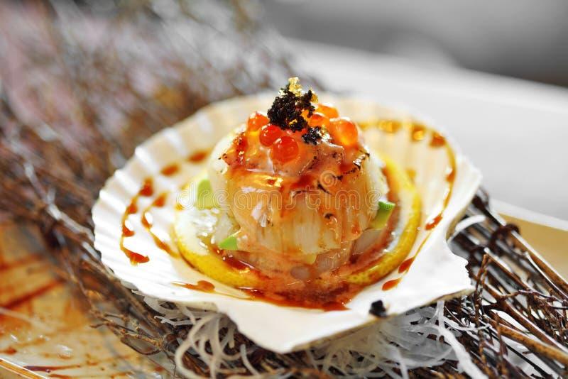 Κλείστε επάνω το ιαπωνικό όστρακο που ψήνονται στη σχάρα και τη γλυκιά σάλτσα στοκ εικόνες