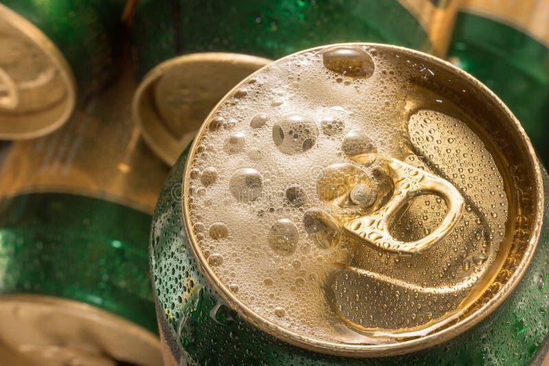 Κλείστε επάνω το κρύο μπορεί μπύρα με τον αφρό στοκ εικόνα