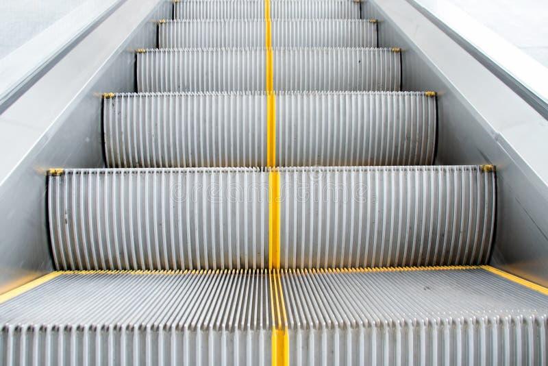 Κλείστε επάνω το κλιμακοστάσιο κυλιόμενων σκαλών για να μεταφέρετε τους ανθρώπους στοκ φωτογραφία με δικαίωμα ελεύθερης χρήσης