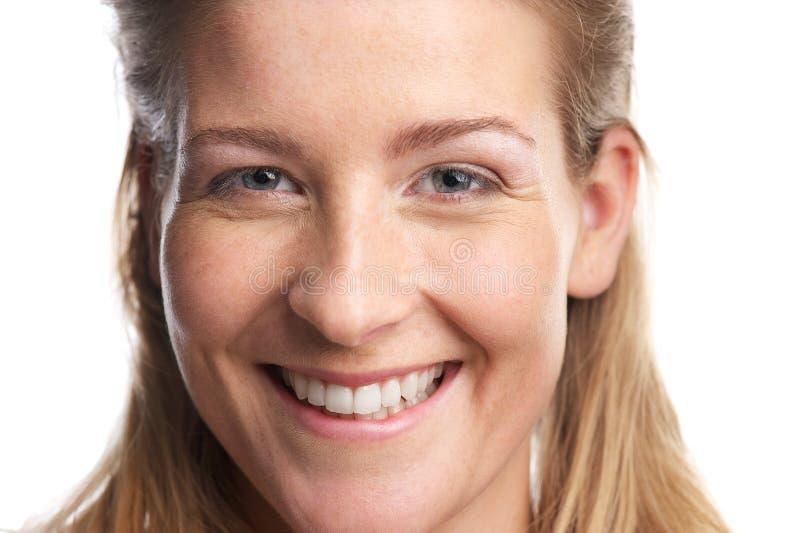 Κλείστε επάνω το πορτρέτο ενός ευτυχούς νέου χαμόγελου γυναικών στοκ φωτογραφίες