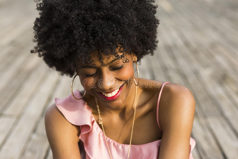 Κλείστε επάνω το πορτρέτο ενός ευτυχούς νέου όμορφου αμερικανικού woma afro στοκ εικόνες