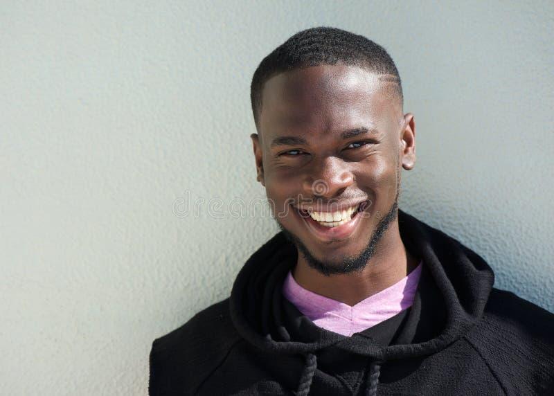 Κλείστε επάνω το πορτρέτο ενός εύθυμου νέου χαμόγελου μαύρων στοκ εικόνες