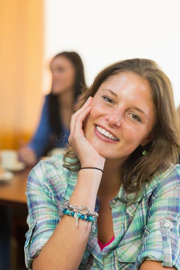 Κλείστε επάνω το πορτρέτο ενός χαμογελώντας θηλυκού στη καφετερία στοκ εικόνες