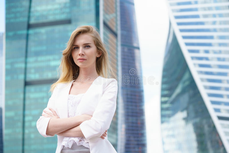 Κλείστε επάνω το πορτρέτο μιας επιχειρησιακής γυναίκας υπαίθριας στοκ εικόνες