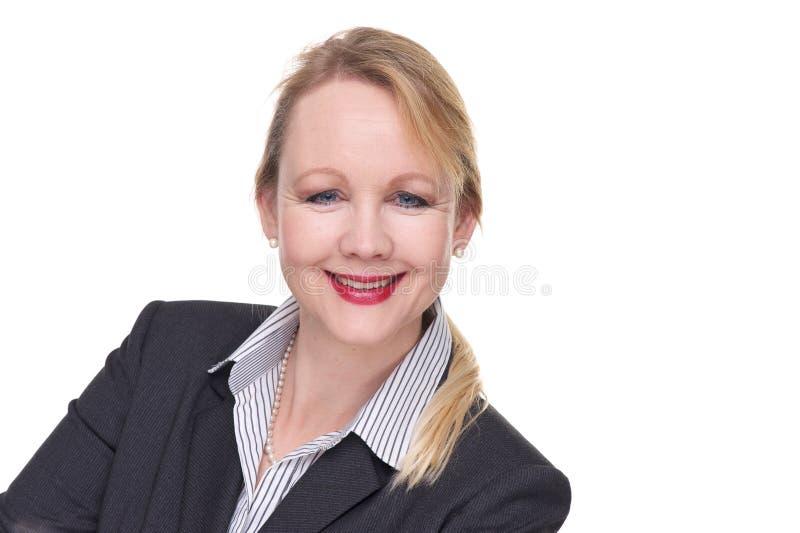 Κλείστε επάνω το πορτρέτο μιας χαμογελώντας επιχειρησιακής γυναίκας στοκ φωτογραφίες