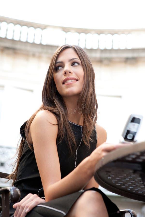 Επιχειρηματίας με το κύτταρο στον καφέ. στοκ εικόνες με δικαίωμα ελεύθερης χρήσης