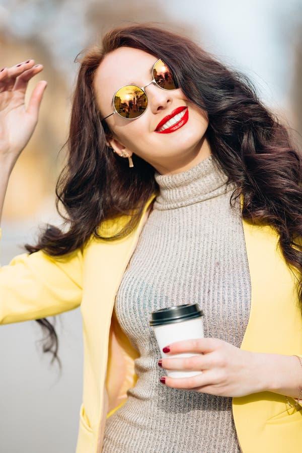 Κλείστε επάνω το πορτρέτο ομορφιάς της γυναίκας brunette ομορφιάς, η συμπαθητική φυσική πυράκτωση αποτελεί, κρατώντας το φλυτζάνι στοκ φωτογραφία με δικαίωμα ελεύθερης χρήσης