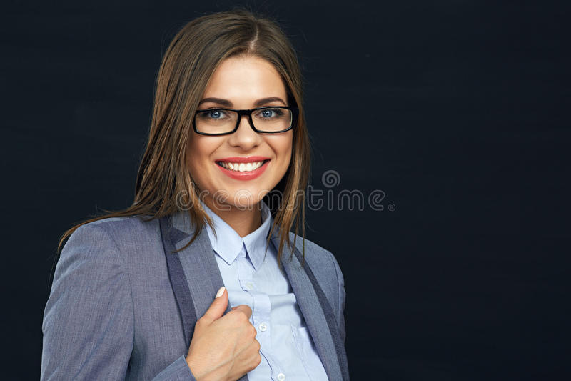 Κλείστε επάνω το πορτρέτο προσώπου της χαμογελώντας επιχειρησιακής γυναίκας που φορά τα eyeglas στοκ εικόνες