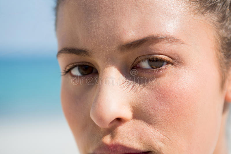 Κλείστε επάνω το πορτρέτο της γυναίκας στην παραλία στοκ φωτογραφία με δικαίωμα ελεύθερης χρήσης