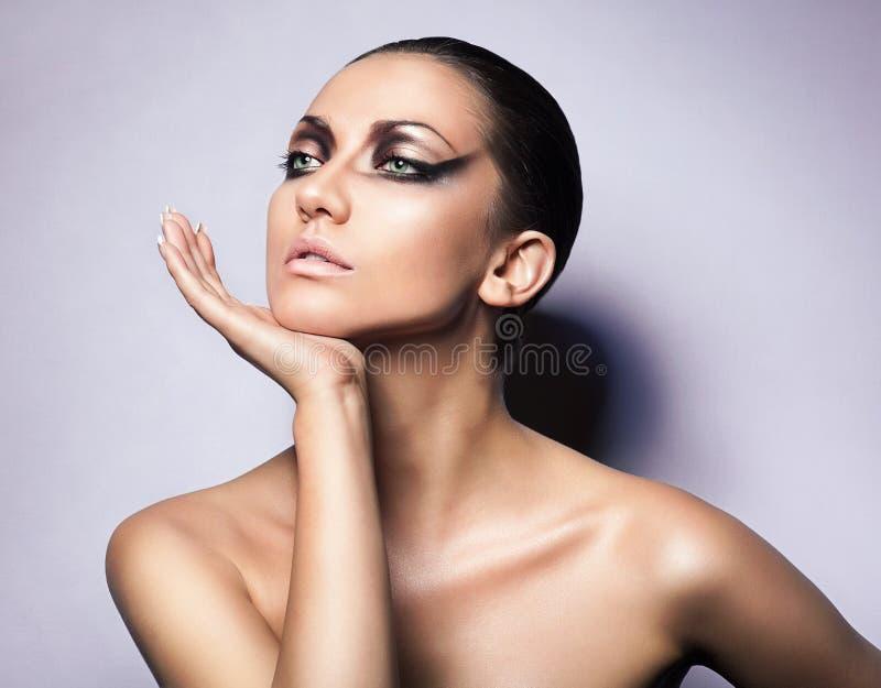 Κλείστε επάνω το πορτρέτο της γυναίκας brunette στοκ φωτογραφίες με δικαίωμα ελεύθερης χρήσης