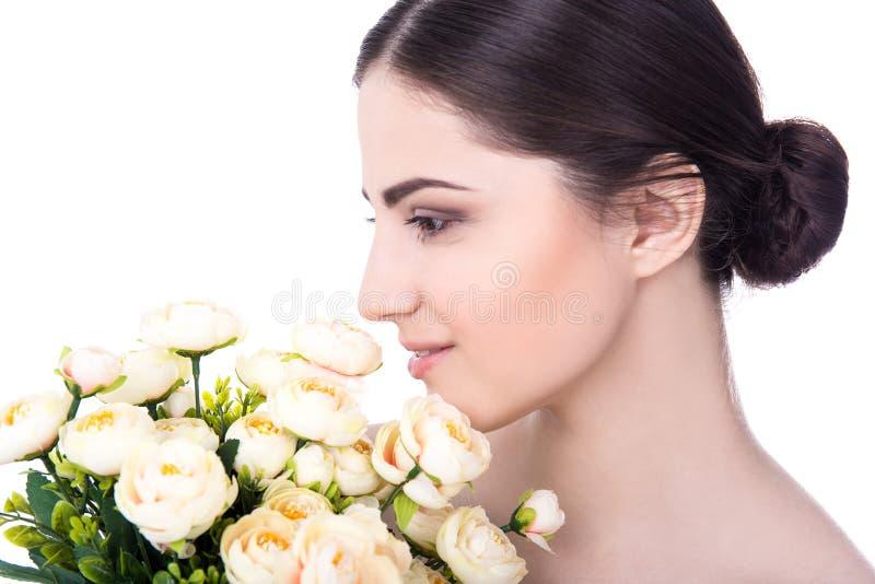 Κλείστε επάνω το πορτρέτο της νέας όμορφης γυναίκας με το τέλειο δέρμα και στοκ εικόνα