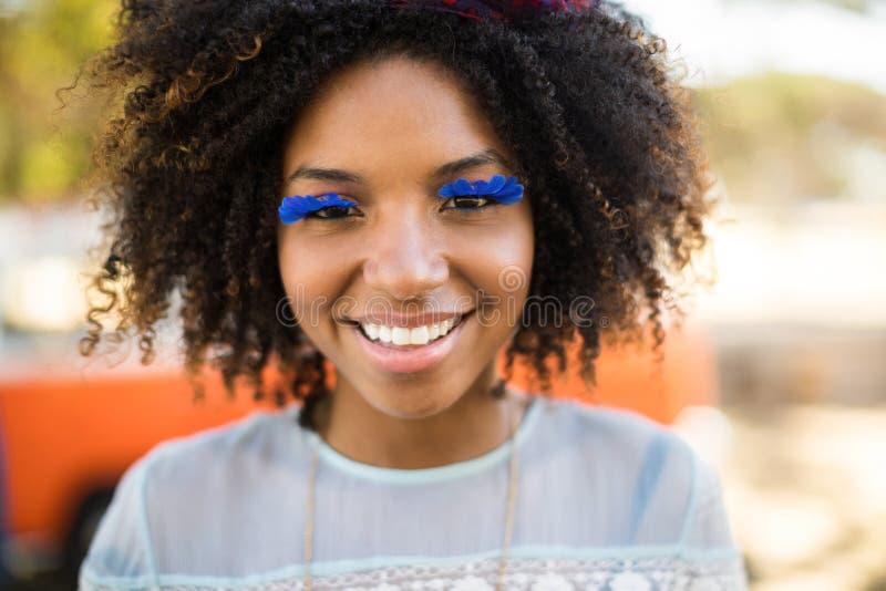 Κλείστε επάνω το πορτρέτο της χαμογελώντας γυναίκας που φορά τα τεχνητά eyelashes στοκ εικόνες με δικαίωμα ελεύθερης χρήσης