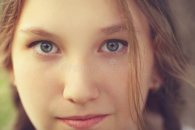 Κλείστε επάνω το πορτρέτο του ευτυχούς κοριτσιού εφήβων στοκ φωτογραφία