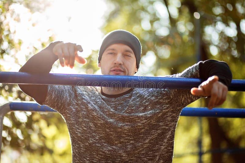 Κλείστε επάνω το πορτρέτο του ισχυρού ενεργού ατόμου με το κατάλληλο μυϊκό σώμα Να κάνει workout τις ασκήσεις στοκ φωτογραφίες με δικαίωμα ελεύθερης χρήσης