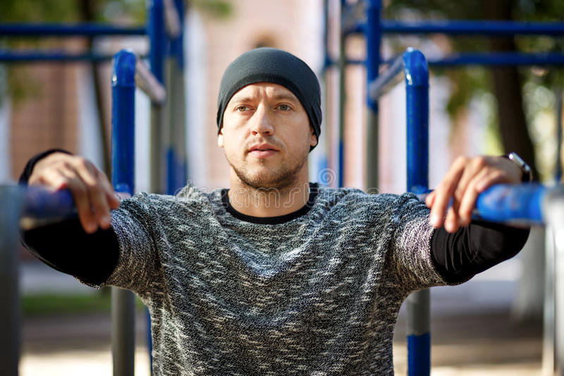 Κλείστε επάνω το πορτρέτο του ισχυρού ενεργού ατόμου με το κατάλληλο μυϊκό σώμα Να κάνει workout τις ασκήσεις Αθλητισμός και έννο στοκ φωτογραφίες με δικαίωμα ελεύθερης χρήσης