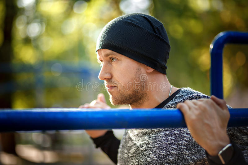 Κλείστε επάνω το πορτρέτο του ισχυρού ενεργού ατόμου με το κατάλληλο μυϊκό σώμα Να κάνει workout τις ασκήσεις Αθλητισμός και έννο στοκ εικόνες