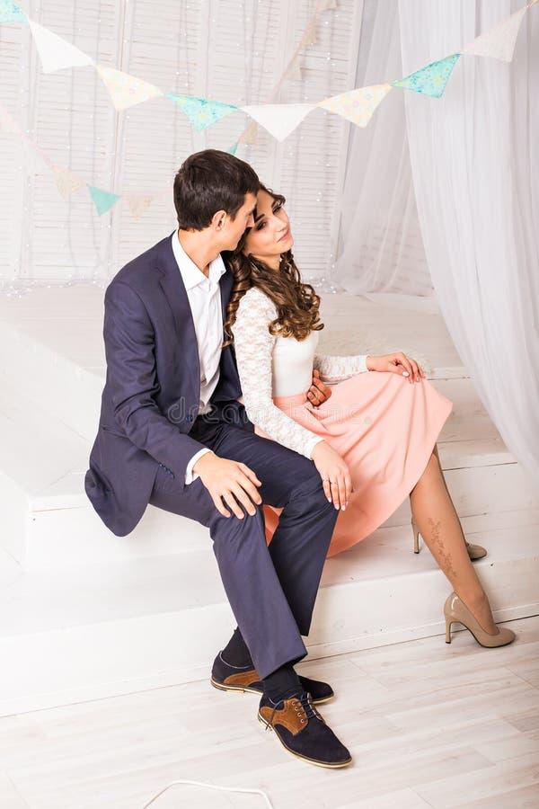 Κλείστε επάνω το πορτρέτο του νέου ελκυστικού ρομαντικού ζεύγους που αγκαλιάζει και που φιλά Αγάπη και τρόπος ζωής σχέσεων, εσωτε στοκ εικόνα